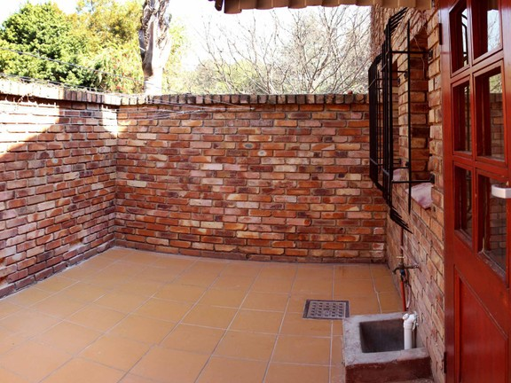 House in Waterkloof Heights - Courtyard outside kitchen area