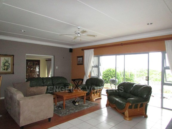 House in Uvongo - 004 Lounge.JPG