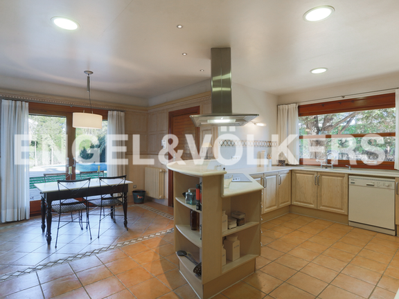 House in La Cañada - Kitchen with dining area