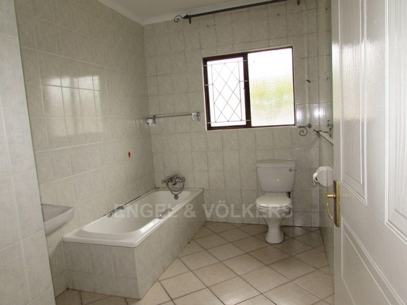House in Uvongo - Guest Bath room.JPG