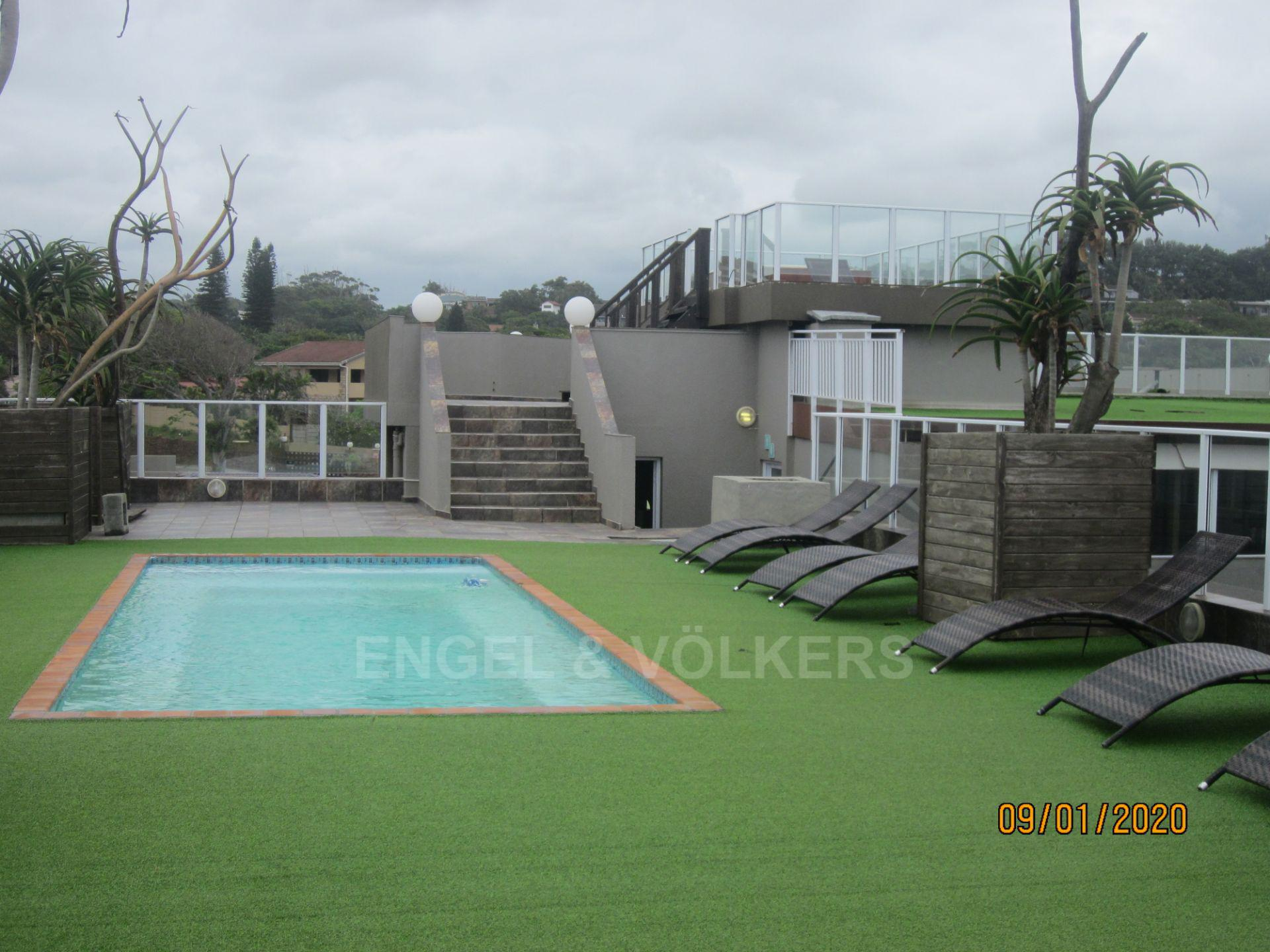 Apartment in Margate - 021 Pool and steps to jacuzzi.JPG