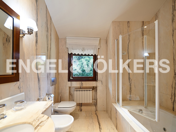 House in Jaizubia - Bathroom with custom made marble design.
