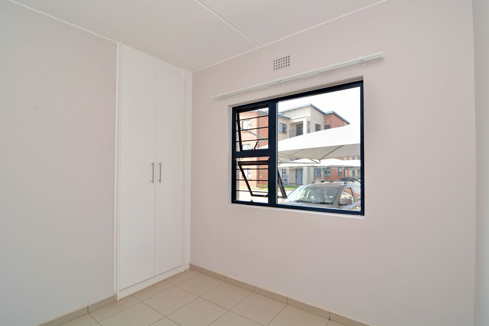 Apartment in Ravenswood - candelwood cres-11.jpg