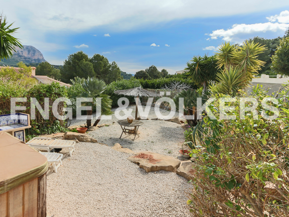 House in La Sella Golf - Driveway to property and barbacue area.