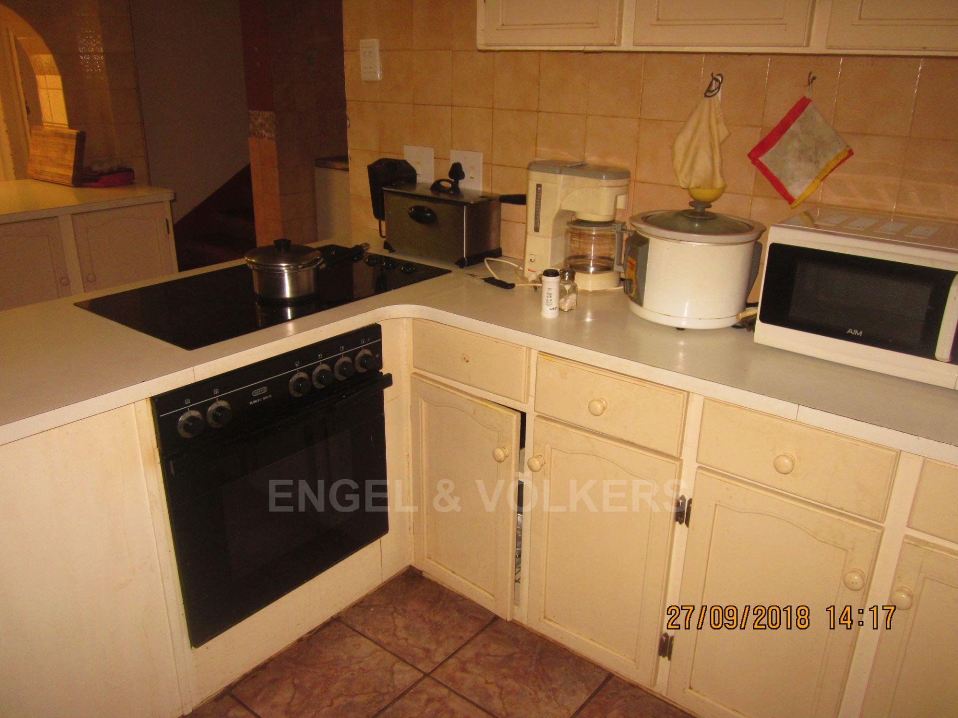 House in Glenmore - 007 Kitchen.JPG