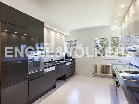 Great kitchen with an access to the garden