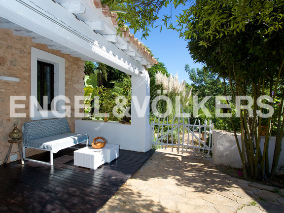 House in San Lorenzo - Back terrasse with white gate surrounded by nature