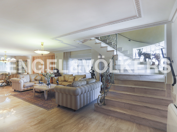 House in L'Eliana - Main living room and marble stairs