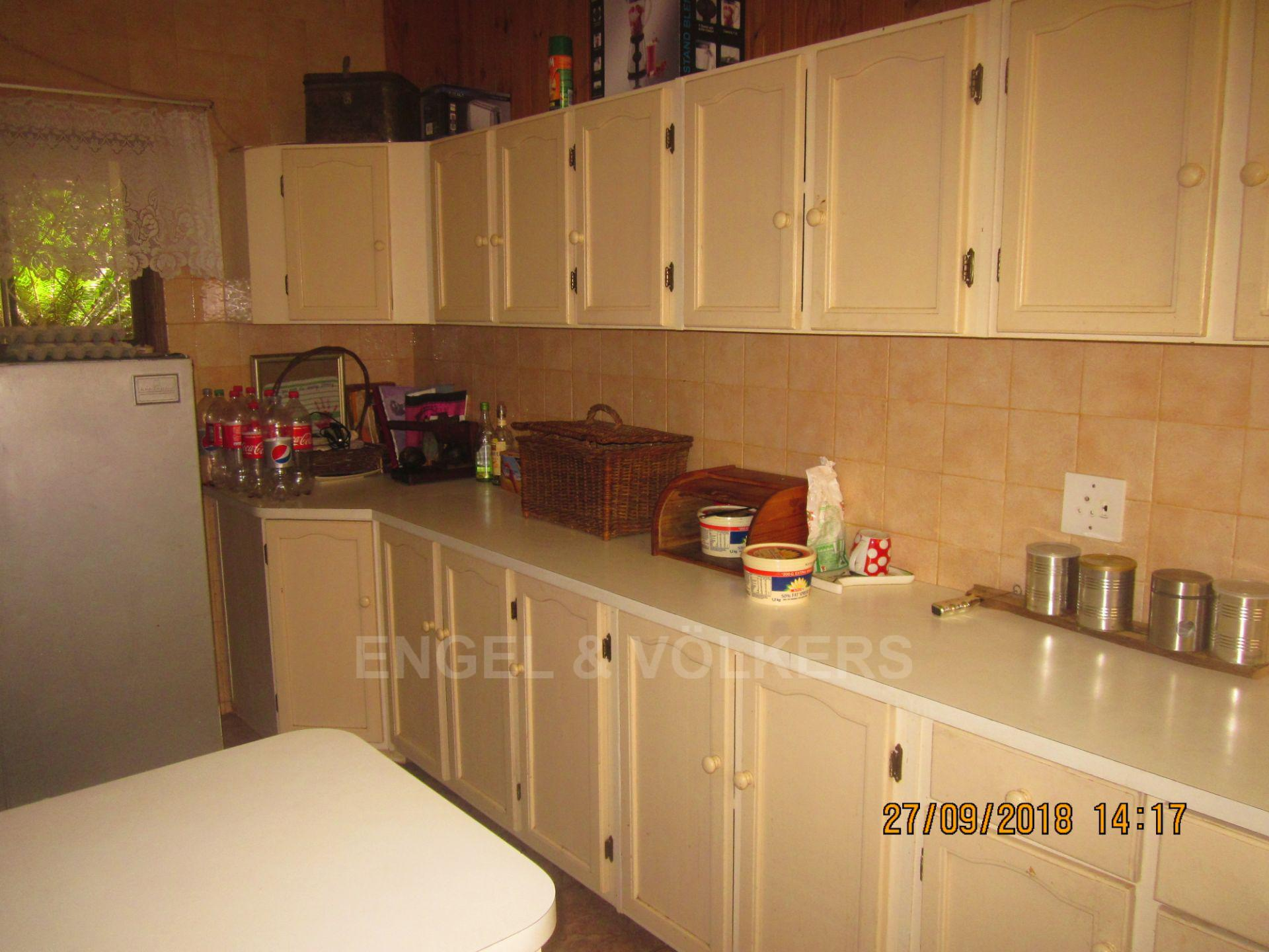 House in Glenmore - 006 Kitchen.JPG