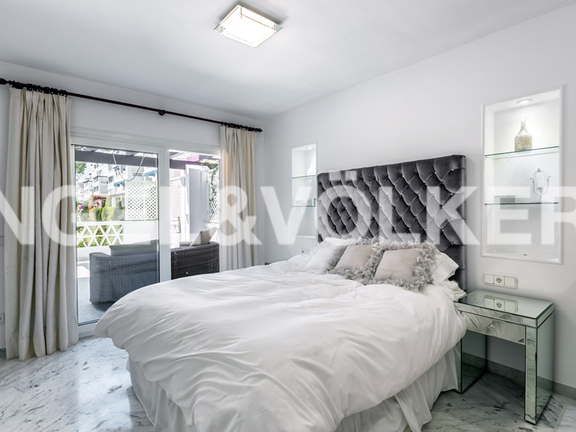 Condominium in Puerto Banús - Master bedroom with access to the terrace and garden views