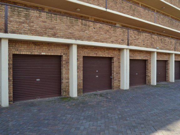 Condominium in Central - Garage