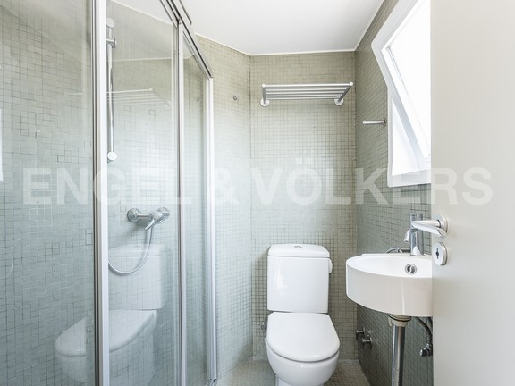 Condominium in Eixample Dreta - Bathroom with shower