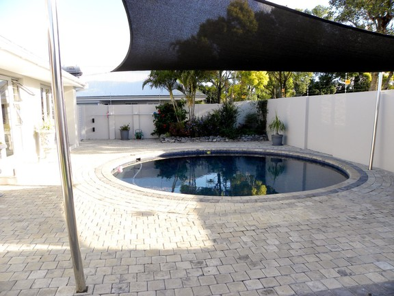 House in Bonnie Doon - Pool outside bedrooms
