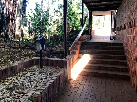 House in Waterkloof Park - Front entrance