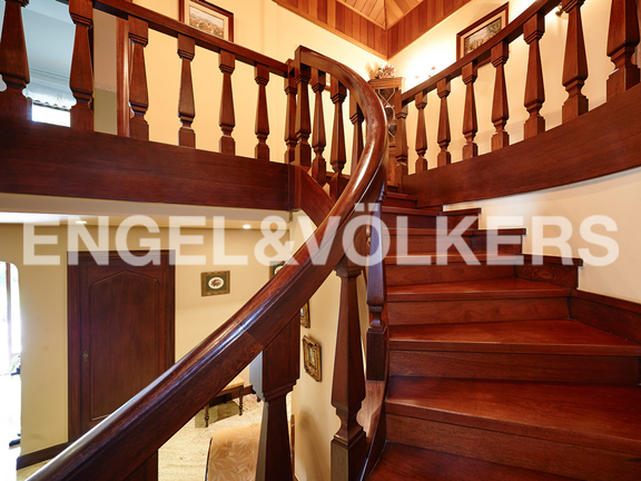 House in Jaizubia - Stairs made of mahogany wood.