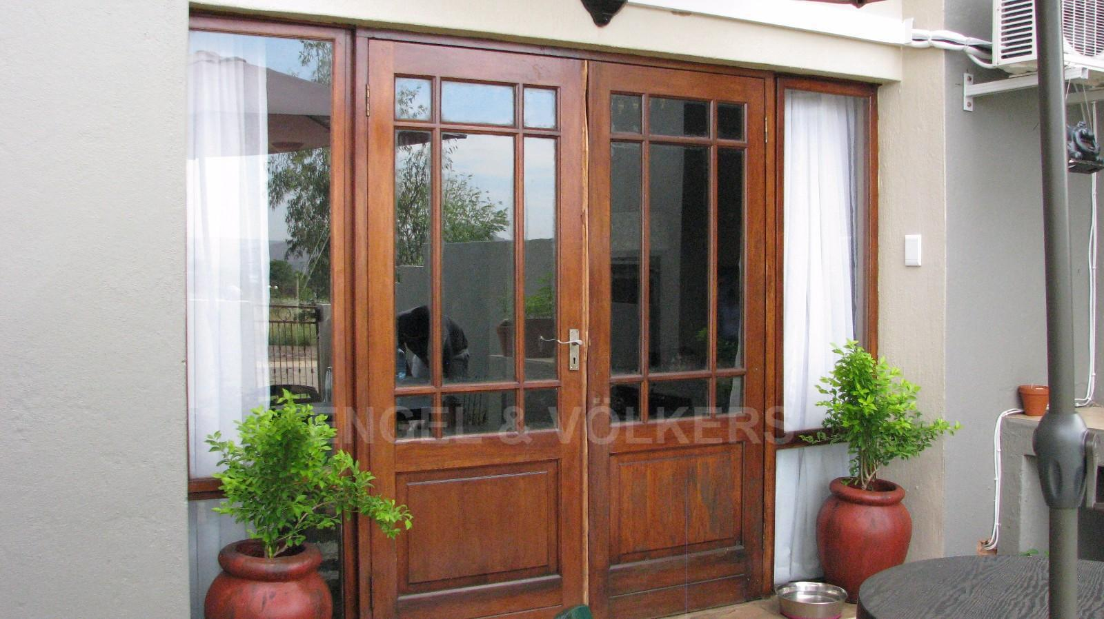 House in Melodie - Double wooden doors opening up onto enclosed garden