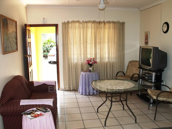 House in Uvongo - Living area Flat 2