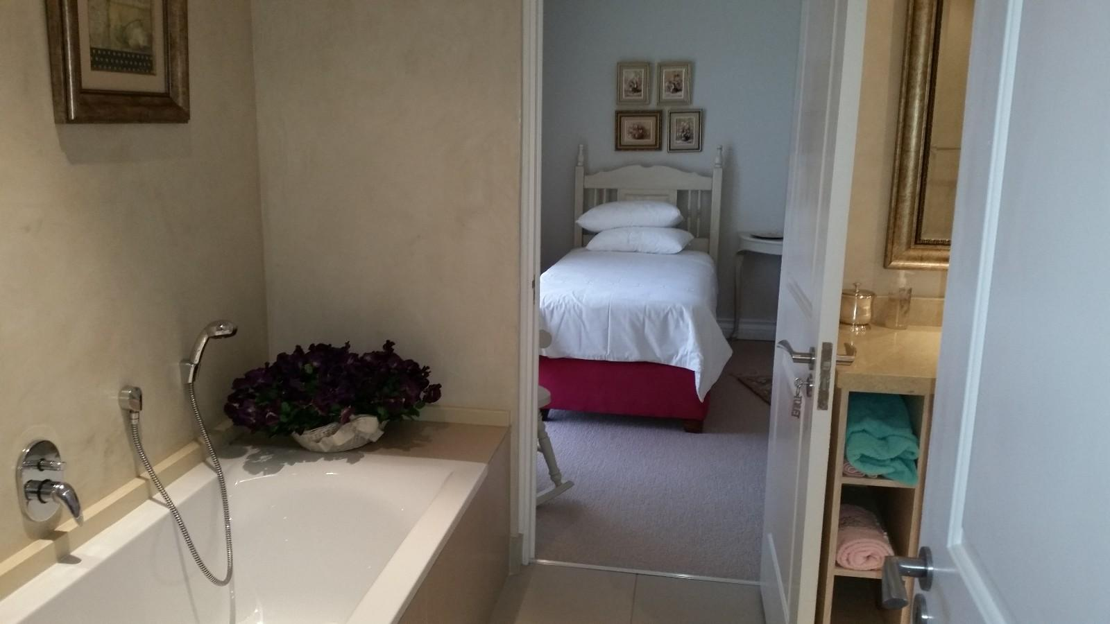 House in Magalies River Club and Golf Estate - Guest_bed_en-suite_bath_1st_level.jpg