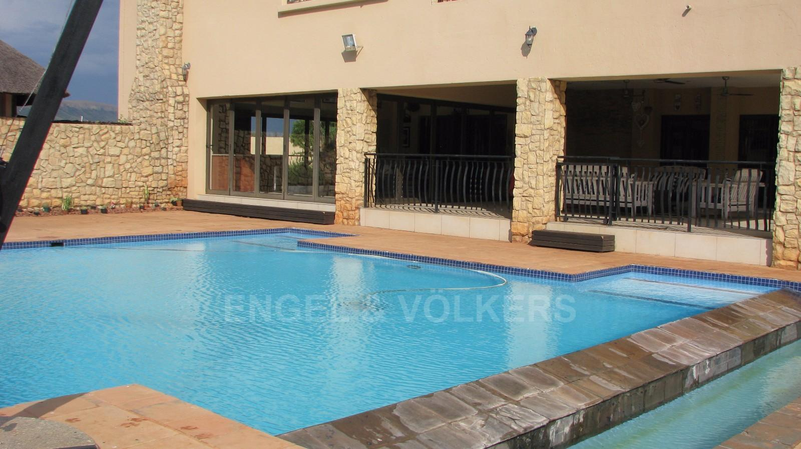 House in Melodie A/h - Two entrances to this stunning pool