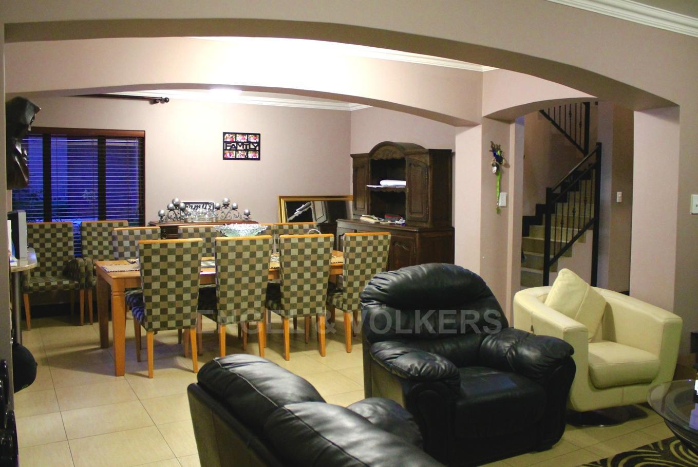 House in Westlake - Lounge and dining area