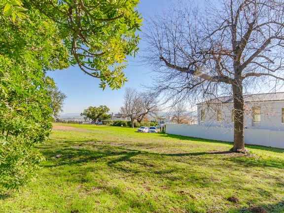 Peaceful Secure Country Living Within Exclusive Estate