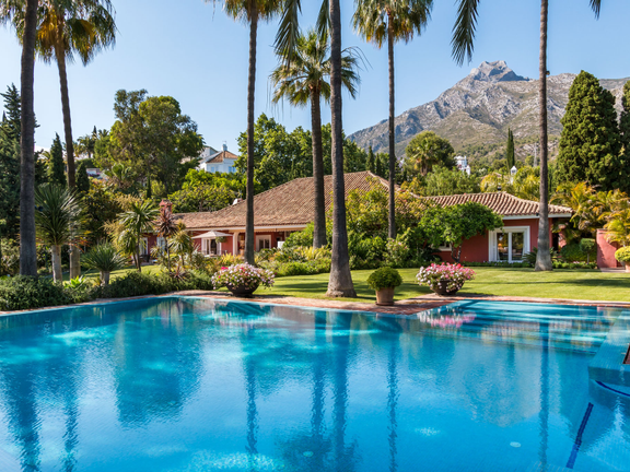 Villa for sale in Marbella Hill Club