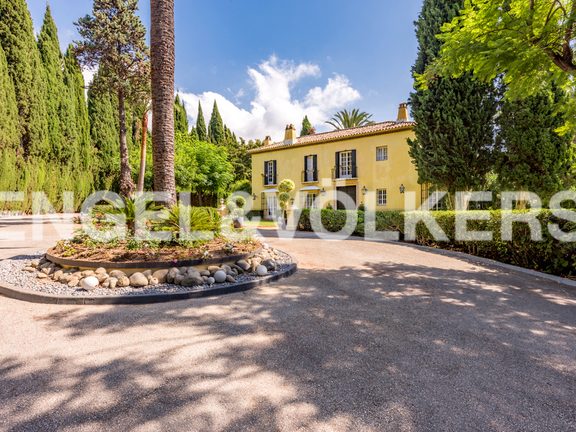 A Tuscan style mansion for sale in Altos Reales Marbella