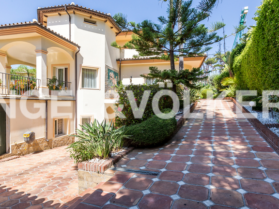 House in Altos Reales - Driveway