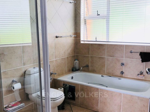 House in Kosmos Village - Main en-suite bathroom.jpg