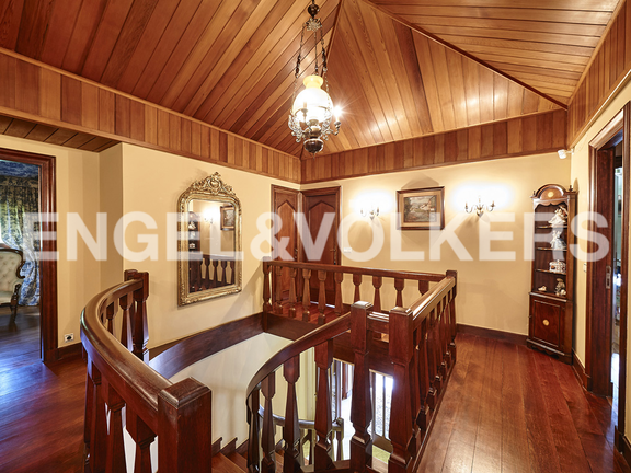 House in Jaizubia - The great stairs made of mahogany wood.