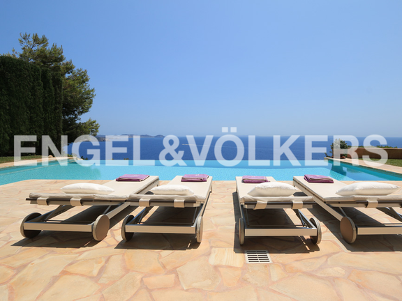 Villa on a cliff with spectacular views in Es Cubells