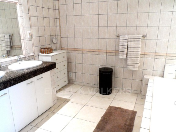 House in Waterkloof Ridge - 1 of 4 bathrooms