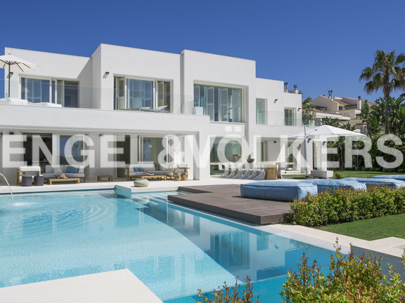 Contemporary frontline beach Villa near Puerto Banús