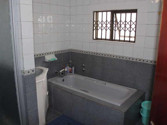 House in Haven Hills - House bathroom.JPG