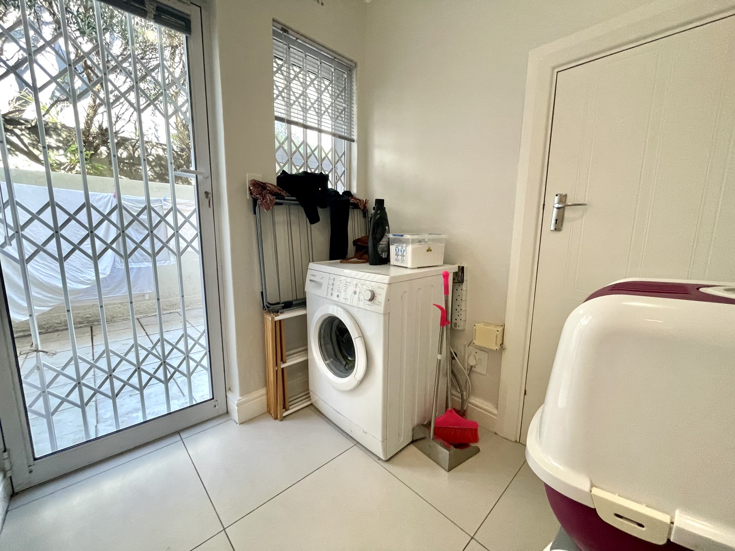 Apartment in Vredehoek - laundry and storage