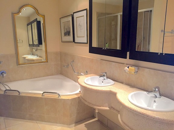Condominium in Sea Point - Bathroom