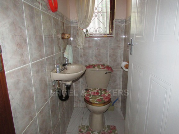 House in Uvongo - 009_Guest_Toilet.JPG