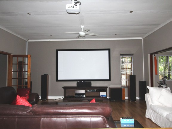 House in Vincent Heights - Home theater room