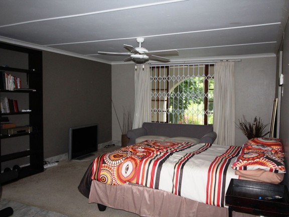 House in Vincent Heights - Flat - Main Bedroom