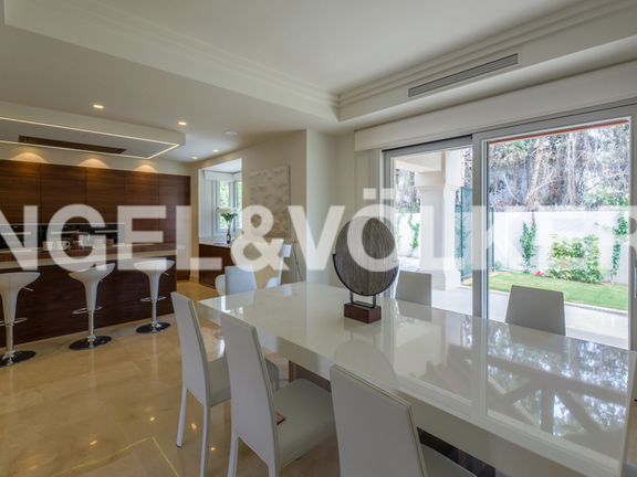 House in Beach Side Golden Mile - Kitchen & Dining Area