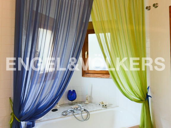 House in La Sella Golf - Bathroom on suite with shower & bath tube.