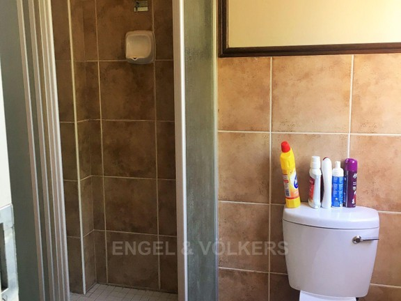 Apartment in Die Hoewes - Shower in En Suite.JPG