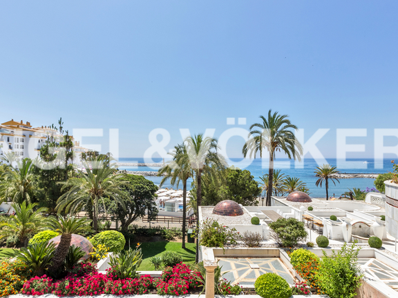Condominium in Puerto Banús - Open sea views from the upper terrace, accesed from the master bedroom