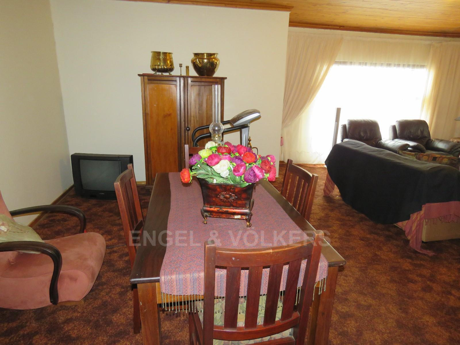 House in Schoemansville - Dining room with open plan TV room