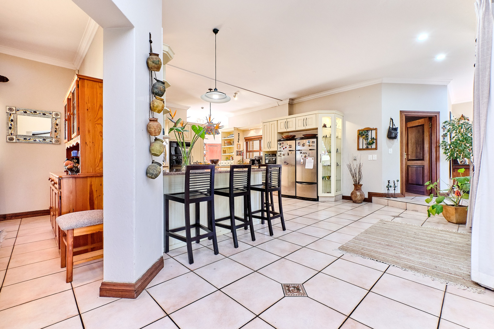 House in Dainfern Golf Estate - Kitchen leading to diningroom