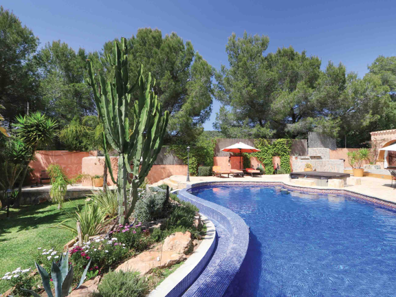 Villa with tropical garden and rental licence in Caló d´en Real
