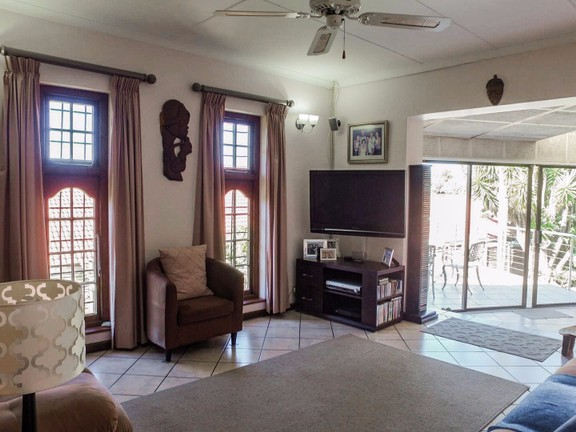House in Vincent Heights - Second Lounge