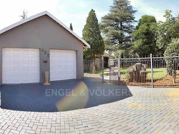 House in Waterkloof Ridge Ext - Double Garages and access gate to garden