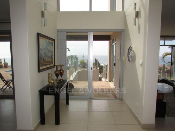 House in Uvongo - 003 Entrance Hall.JPG