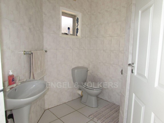 House in Ramsgate - 014 - Guest toilet.JPG